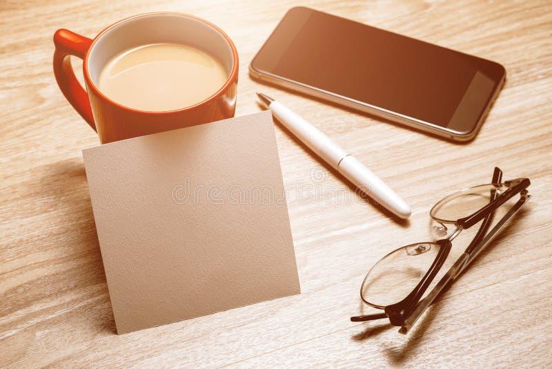 Пустая белая тетрадь открытая, eyeglass, ручка и чашка кофе на столе стоковые фото