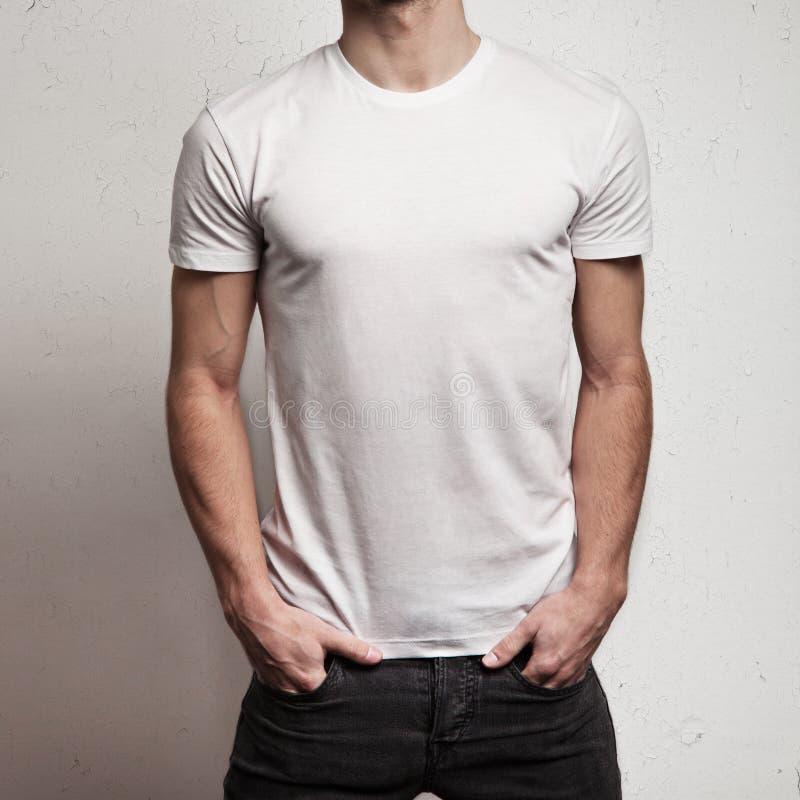Пустая белая футболка на теле ` s человека стоковое изображение rf