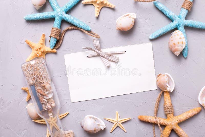 Пустая бирка для текста и морские детали на сером текстурированном backgrou стоковая фотография