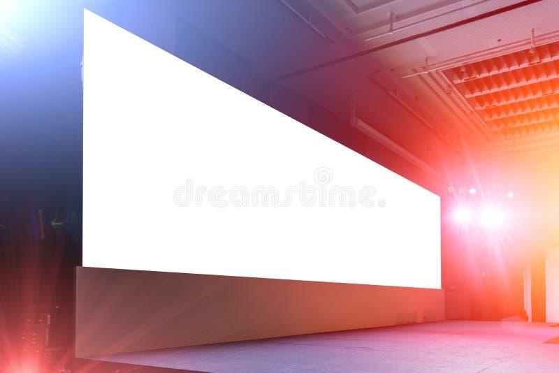 Пустая большая предпосылка приведенная панели экрана афиши на свете события и ядровом этапе стоковая фотография rf