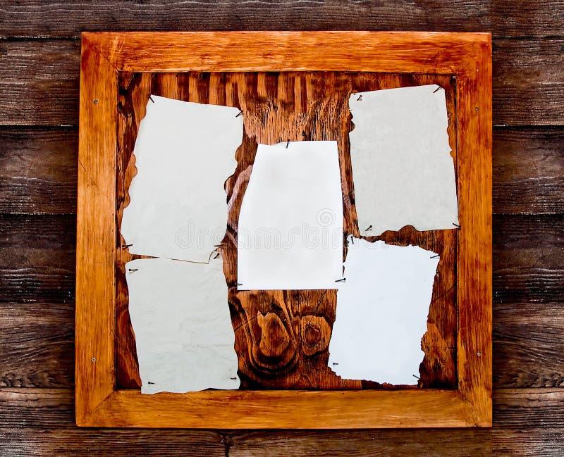 Пустая бумага на деревянной доске стоковые изображения rf
