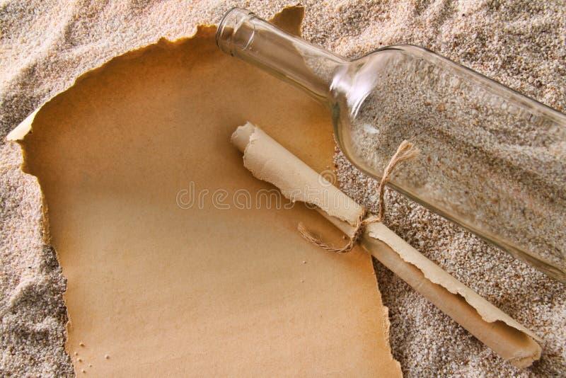 пустая бумага сообщений бутылки стоковое изображение rf