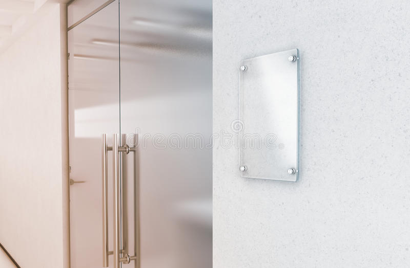 Пустая вертикальная прозрачная стеклянная насмешка плиты знака вверх стоковые фотографии rf