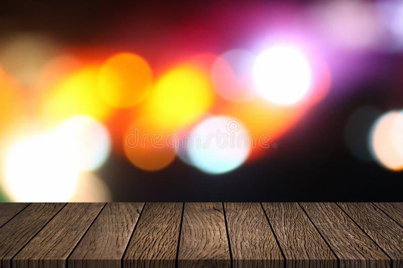 Пустая верхняя часть деревянного стола с абстрактной ночью запачкала предпосылку уличных светов города bokeh стоковая фотография rf