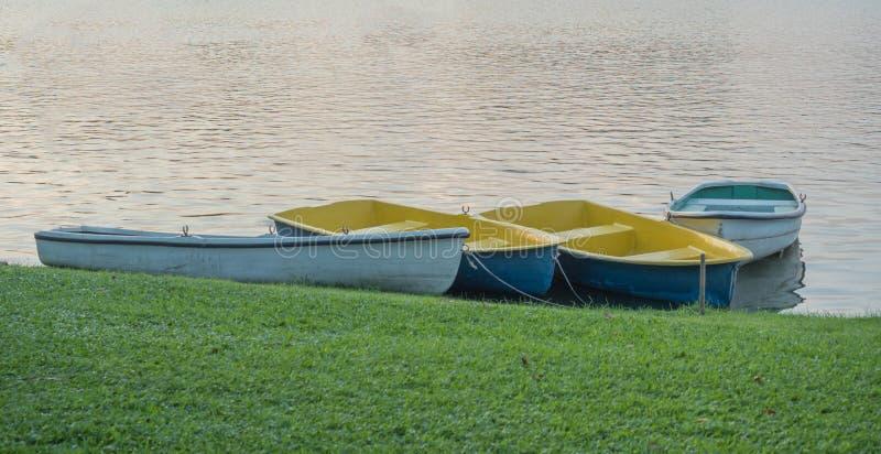 Пустая весельная лодка стоковые фотографии rf