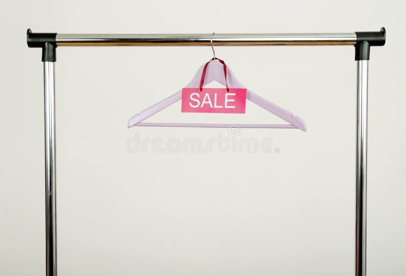 Download Пустая вешалка на шкафе одежд с знаком продажи Стоковое Фото - изображение насчитывающей дисплей, шкаф: 41662382