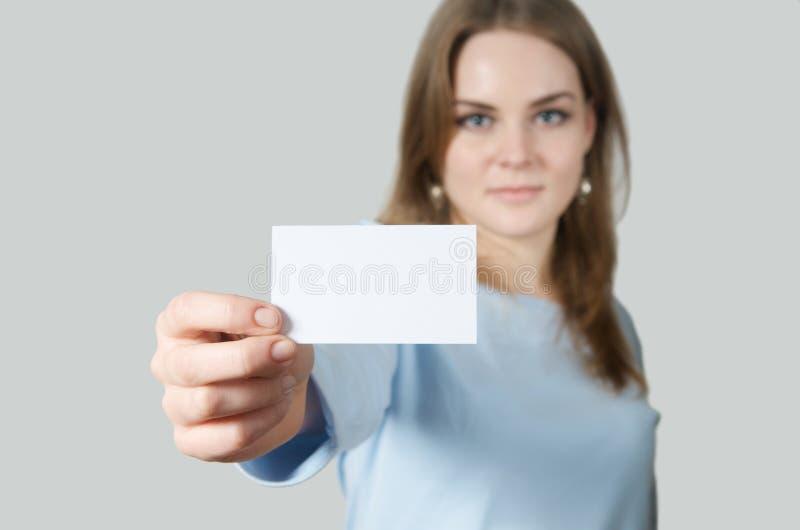 пустая визитная карточка показывая детенышей женщины стоковая фотография rf
