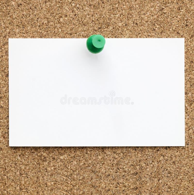 Пустая визитная карточка прикалыванная к пробковой доске стоковая фотография rf