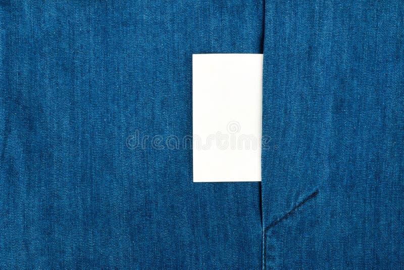Пустая визитная карточка с космосом экземпляра в карманн голубой куртки демикотона стоковое фото