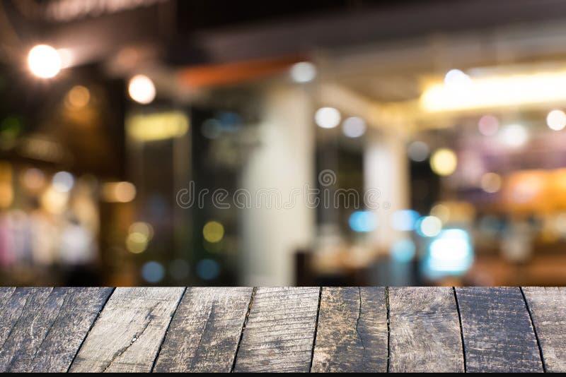 Пустая винтажная деревянная таблица над bokeh на ноче стоковое изображение rf