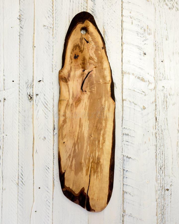 Пустая винтажная разделочная доска на белой деревенской деревянной предпосылке стоковые изображения