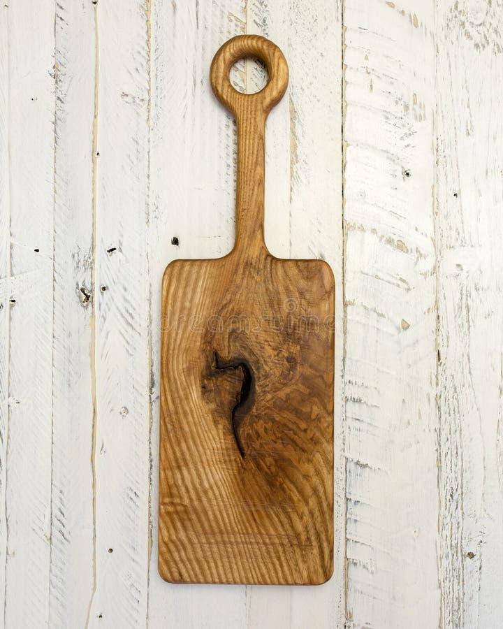Пустая винтажная разделочная доска на белой деревенской деревянной предпосылке стоковое фото