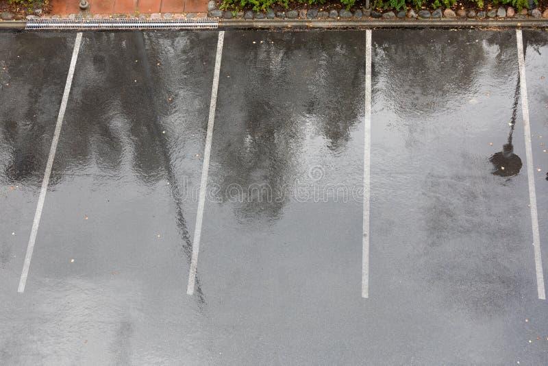 Пустая влажная парковка в дожде стоковое изображение