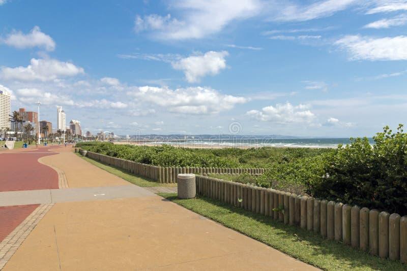 Пустая вымощенная прогулка против прибрежного горизонта города стоковые изображения