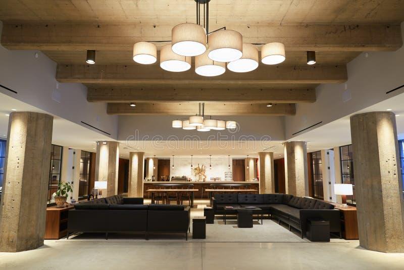 Пустая гостиная в современных предприятиe бизнеса, широкая съемка бара стоковые фотографии rf