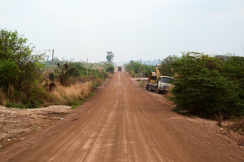 Пустая грязная улица идя прямо через непроизводительную землю стоковые изображения rf