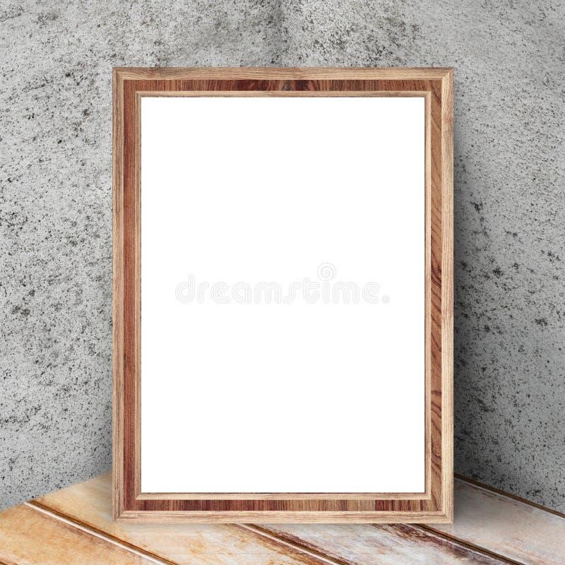 Пустая деревянная картинная рамка кладет на угол комнаты стоковая фотография rf