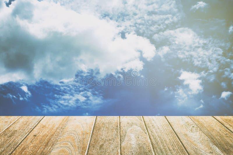 Пустая деревянная мостоваая с голубым небом, облаками, и предпосылкой утечки света Соответствующий для дисплея продуктов стоковое изображение
