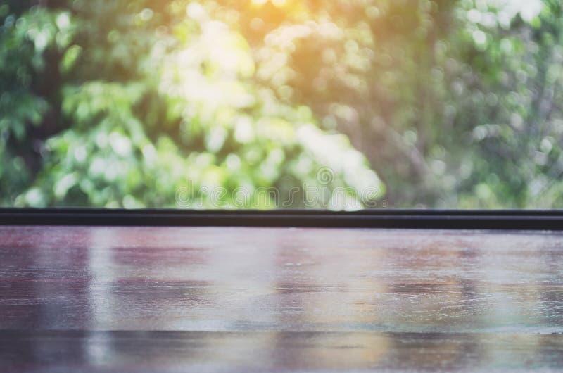 Пустая деревянная столешница на запачканном зеленом космосе предпосылки и экземпляра стоковая фотография rf