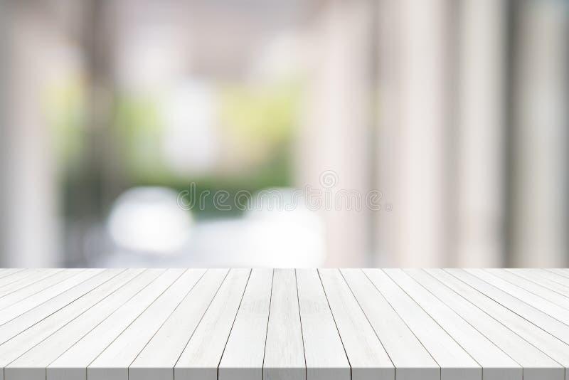 Пустая деревянная таблица на запачканном космосе экземпляра предпосылки для монтажа ваши продукт или дизайн стоковые изображения
