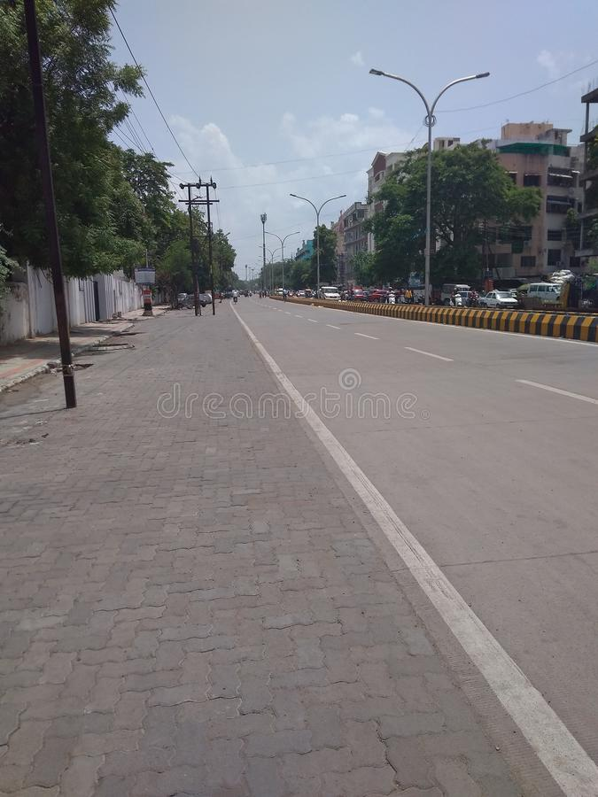 Пустая дорога в городе стоковые фото