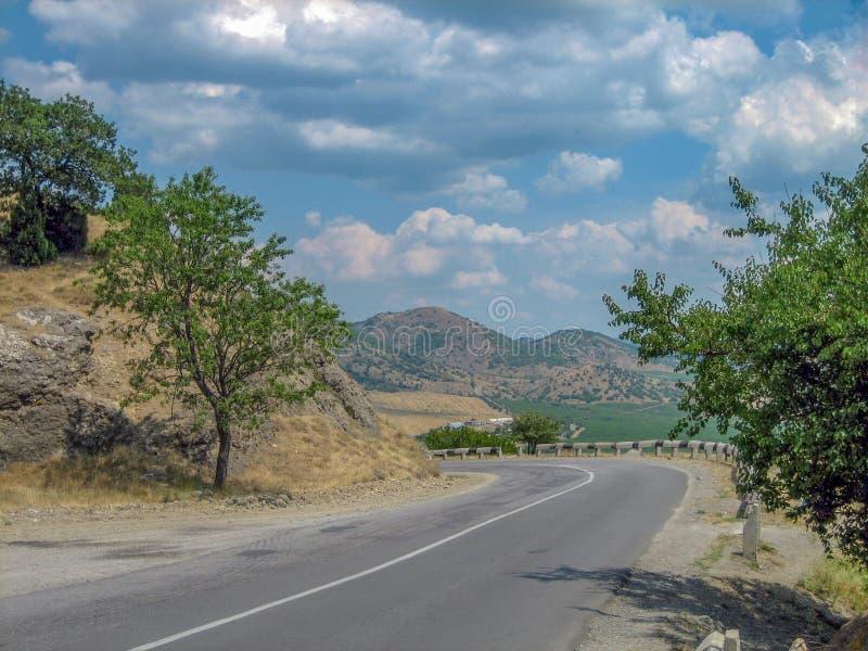 Пустая дорога в южной холмист-гористой зоне на горячий летний день стоковые фотографии rf