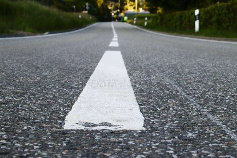пустая дорога идя где-то стоковое фото