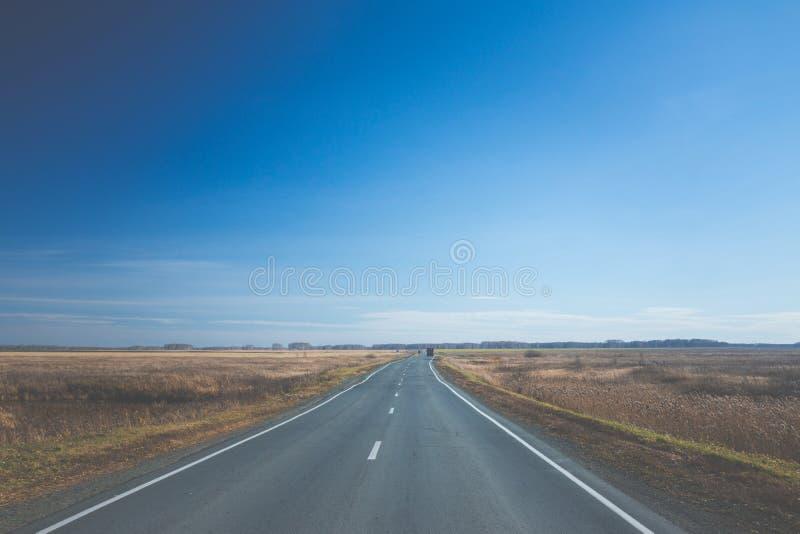 Пустая дорога через поля осени стоковая фотография