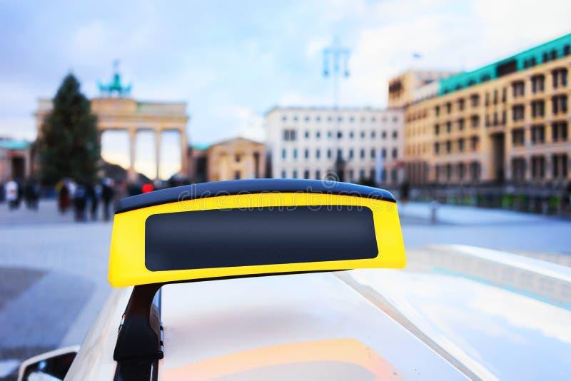 Пустая доска знака такси в улице Бранденбургских ворот Берлина стоковые изображения