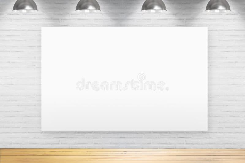 Пустая доска на кирпичной стене в комнате с деревянным полом с Ла стоковое фото