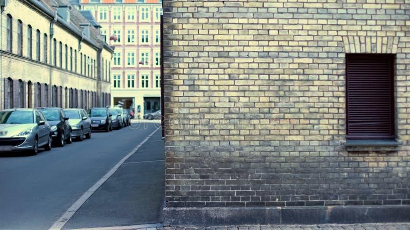 Пустая европейская улица с автомобилями и старой архитектурой, историческим зданием стоковые фотографии rf