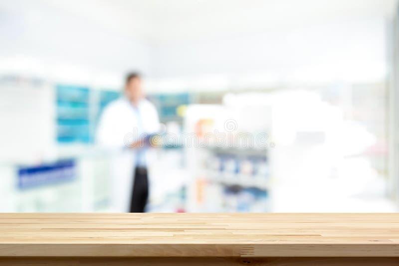 Пустая деревянная встречная верхняя часть на предпосылке фармации нерезкости стоковое изображение