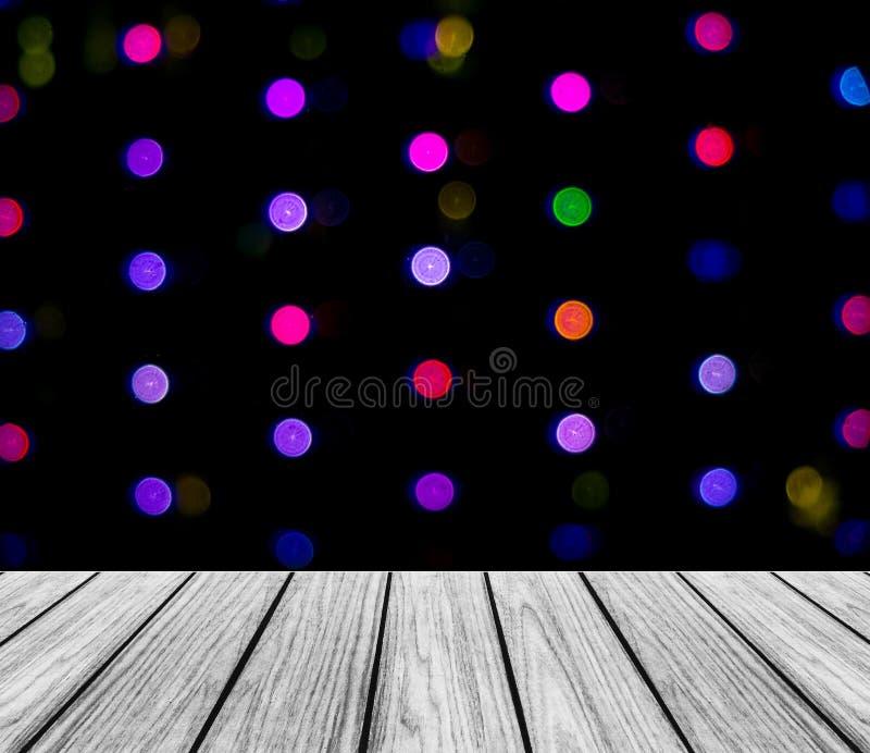 Пустая деревянная платформа перспективы с сверкная абстрактным красочным круглым светлым Bokeh объезжает предпосылку используемую стоковые изображения rf