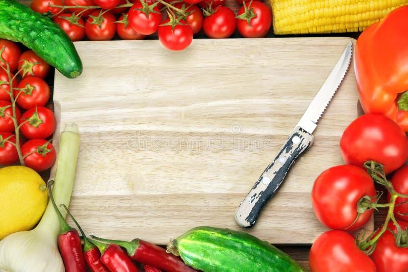 Пустая деревянная разделочная доска и различные овощи стоковое изображение rf
