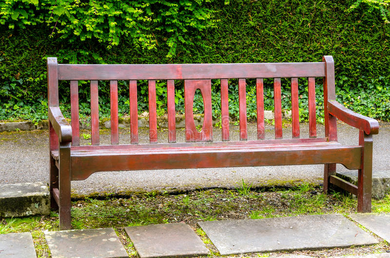 Пустая деревянная скамья внешняя стоковые фото