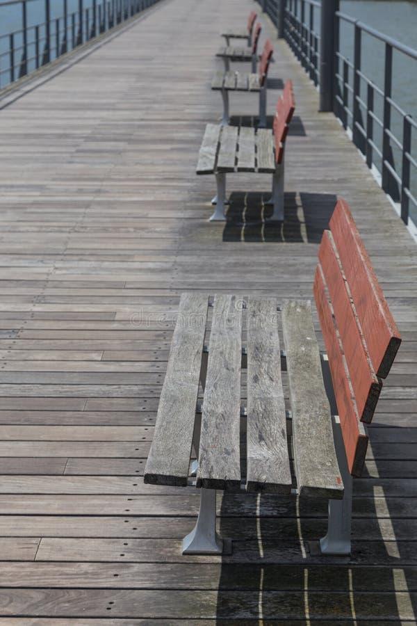 Пустая деревянная скамья на footbridge стоковые изображения rf
