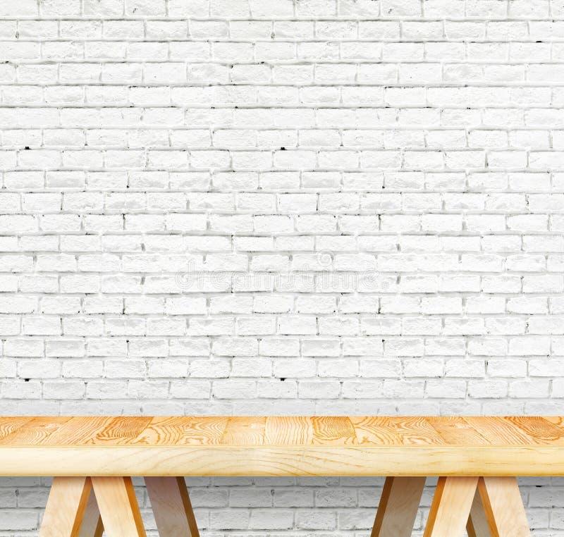 Пустая деревянная современная таблица и кирпичная стена grunge белая в backgroun стоковое изображение