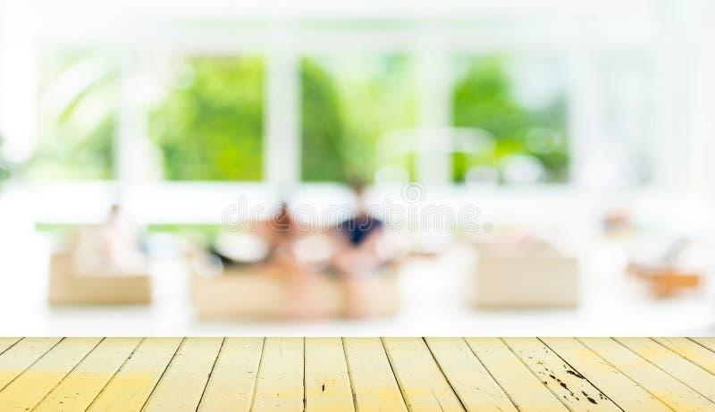 Пустая деревянная таблица и запачканная предпосылка живущей комнаты стоковые изображения rf