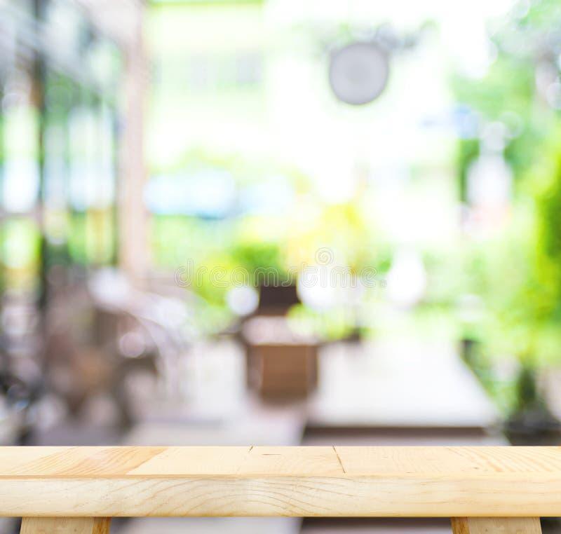 Пустая деревянная таблица и запачканная предпосылка света кафа disp продукта стоковые фото