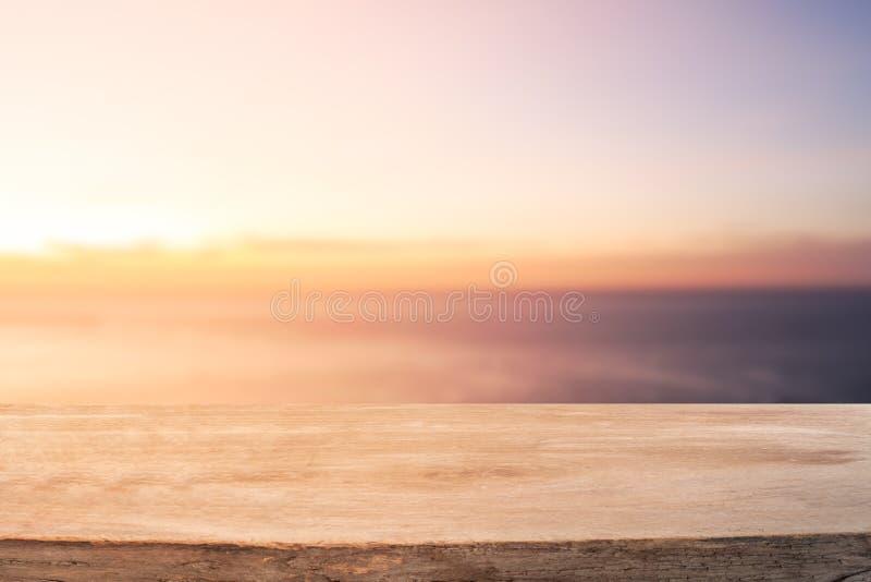 Пустая деревянная таблица для дисплея продукта с морем и небом стоковая фотография rf