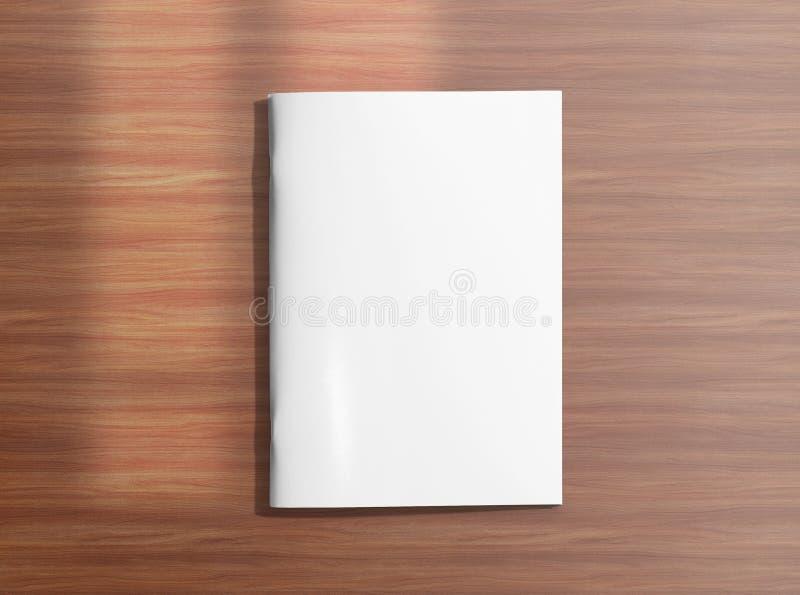 Пустая закрытая брошюра на деревянной предпосылке стоковые фото