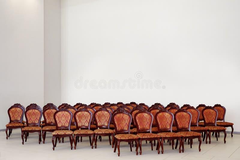 Пустая зала аудитории со строками мест стоковое изображение rf