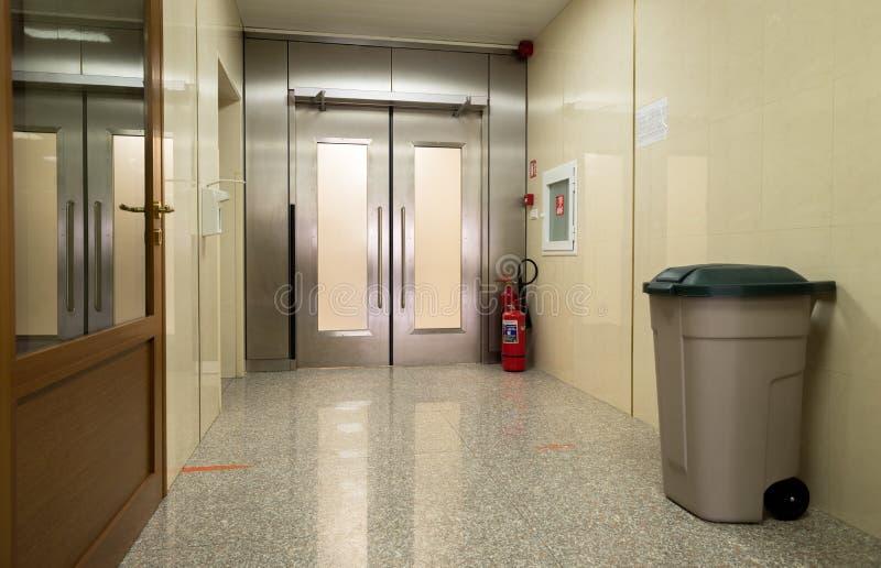 Пустая зала больницы с дверью металла стоковое фото