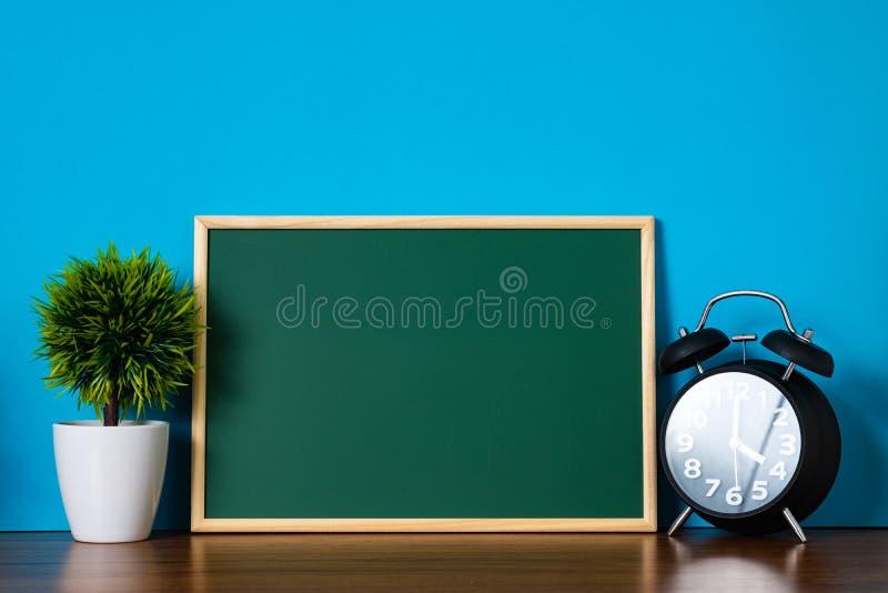 Пустая зеленая доска с деревянной рамкой и меньшим декоративным tre стоковая фотография