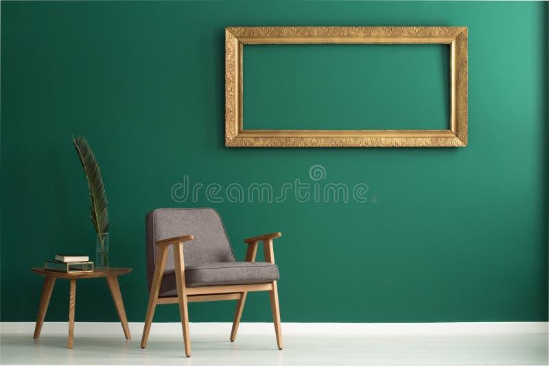Пустая золотая рамка на стене стоковое фото rf
