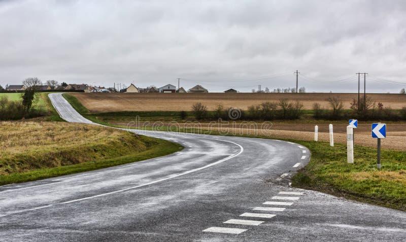 Пустая извилистая дорога стоковые фото