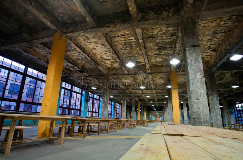 Пустая и огромная зала старой фабрики стоковое изображение rf