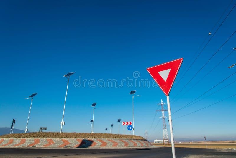 Пустая карусель, фокус на дает знак улицы пути стоковое изображение rf