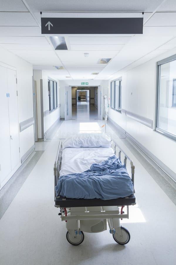 Пустая каталка кровати в коридоре больницы стоковые фотографии rf