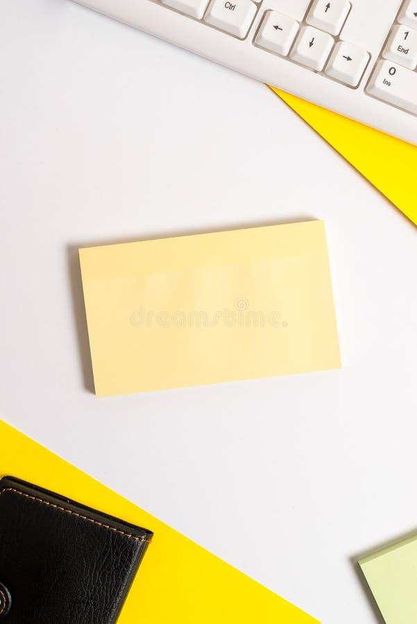 Пустая квадратная бумага с космосом экземпляра на таблице Плоское положение над таблицей с клавиатурой ПК и бумагой космоса экзем стоковая фотография